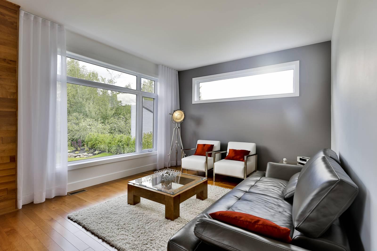 grande fenêtre blanche de salon