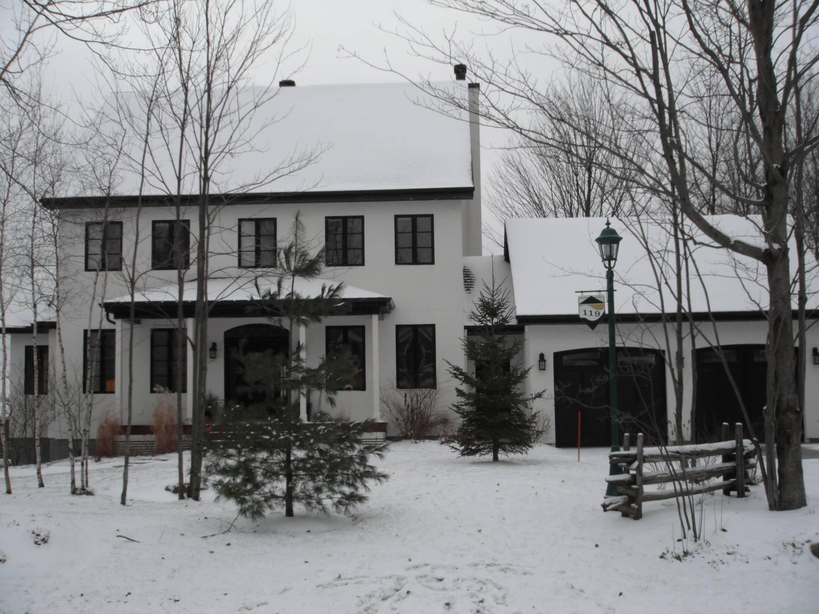 Portes et fenêtres extérieures maison blanche